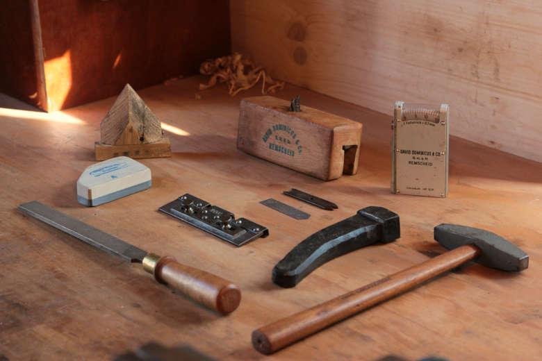 Werkzeuge zum Schärfen und Pflegen der Hobelzahnsäge.