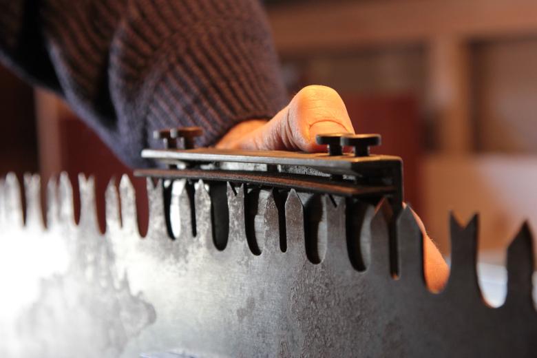 Arbeit mir dem Zahnspitzenhobel zum Herstellen der richtigen Zahnlinie. Stimmt diese nicht, läuft die Säge nicht.