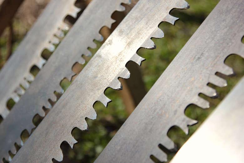 Verschiedene Weichholz- und Hartholzbezahnungen der Hobelzahnsäge. Nur, wer Pflege und Sägetechnik beherrscht wird den Spitzenwert der 3fachen Geschwindigkeit im Vergleich zu einer Dreieckszahnsäge erreichen!
