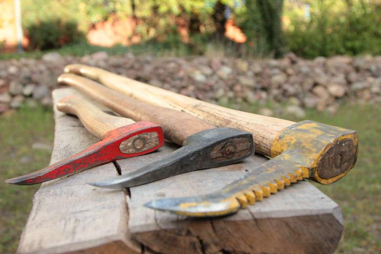 Verschiedene Sappel oder Sapinen zum Rücken und Manipulieren von Holz. Gutes Werkzeug ist sehr wichtig für die fossilfreie und trotzdem leichte Bewirtschaftung von Wald, Waldgärten - ob als Selbstversorger, Landwirtschaftsbetrieb, Gemeinschaft oder Ökodorf.
